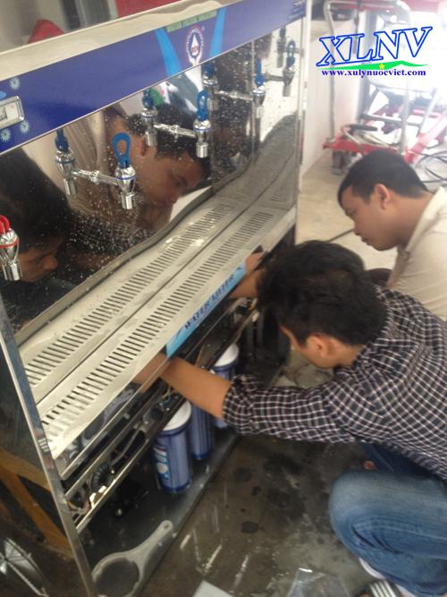 Kiểm tra sau máy lọc nước uống nóng lạnh sau khi lắp đặt hoàn thiện của nhân viên kỹ thuật