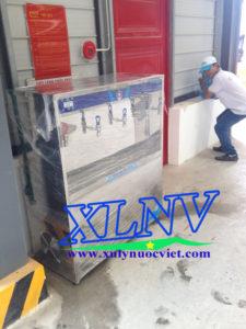 Máy nước uống nóng lạnh 4 vòi được di chuyển tới vị trí lắp đặt