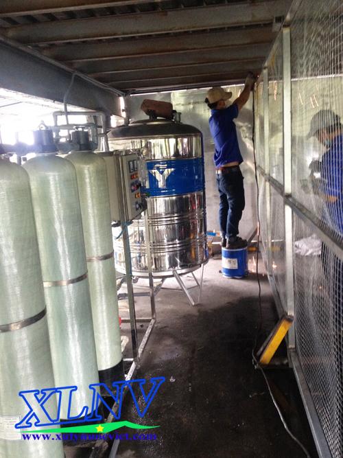Nhân viên đang thi công hệ thống xử lý nước tinh khiết