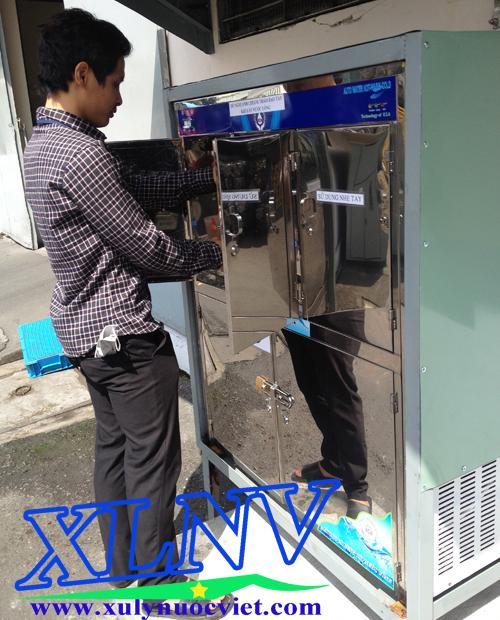 Máy lọc nước uống nóng lạnh 4 vòi có thiết kế cửa để chắn bụi